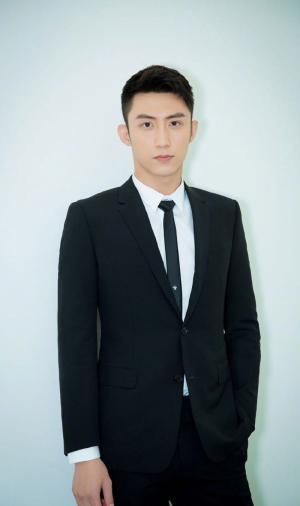 黄景瑜一身黑色西装亮相北京国际电影节