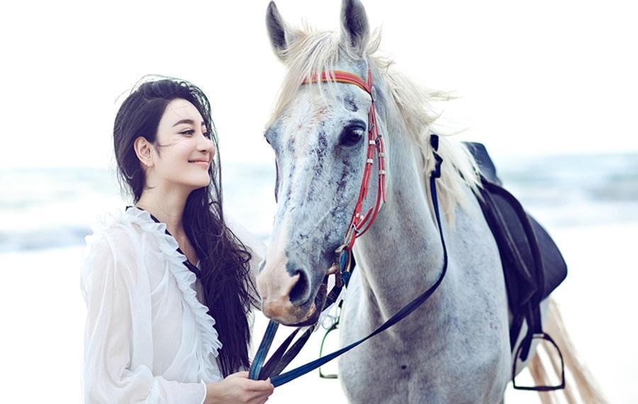 王芊予斐济拍时尚写真大片身骑白马仙逸灵动