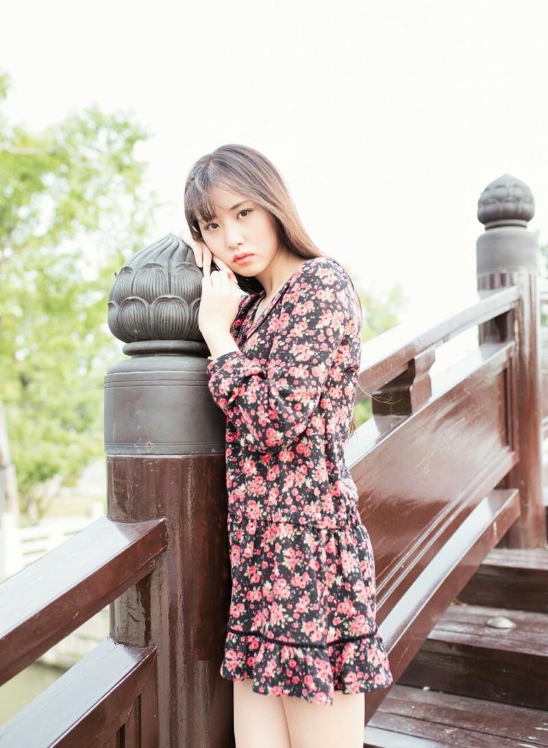 白皙花仙子古镇桥头意境时尚写真温婉可人