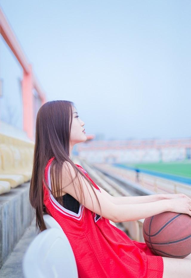 操场上篮球美女笑容甜美写真