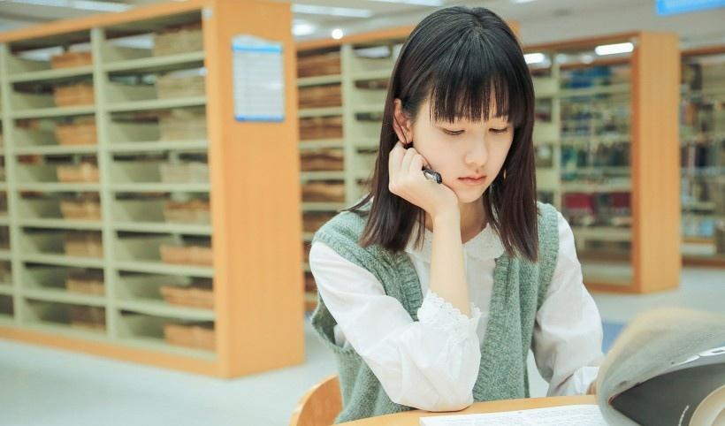 陈都灵校园图书馆写真大片