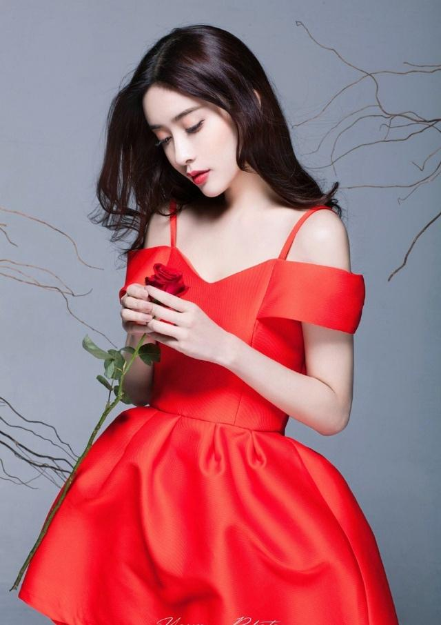 红裙白皙美女散发玫瑰香