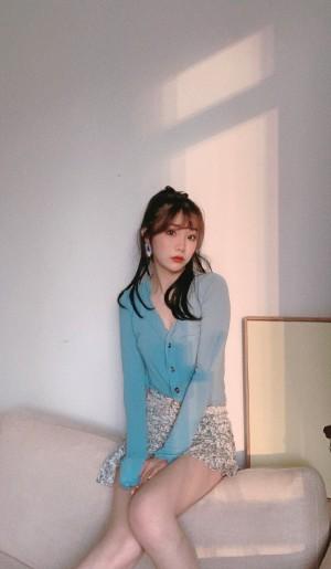 张馨文针织短裙显身材居家图片
