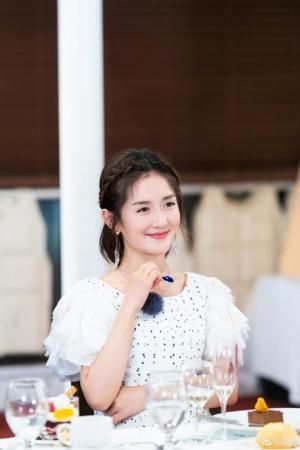 谢娜《妻子的浪漫旅行》白色裙装优雅图片