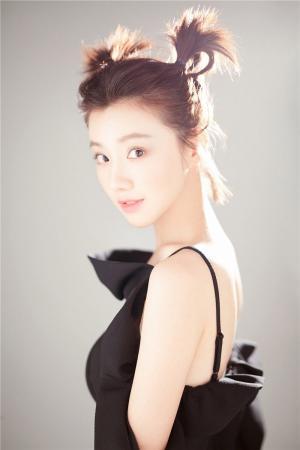 王鹤润性感黑色吊带裙图片