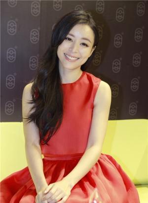 张静初红裙出镜大展优雅笑意