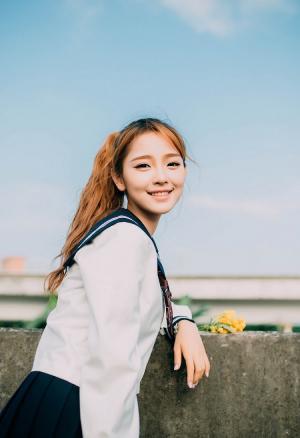 天桥上穿校服的日系马尾少女甜美写真