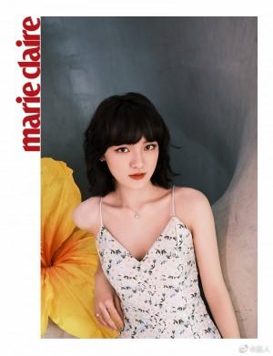 文淇浅蓝色吊带碎花裙简单大方优雅写真图片