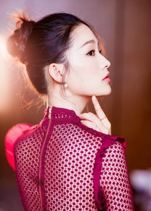 李沁透视红裙俏皮性感写真