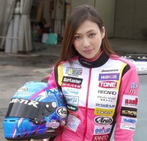 日本混血车模穿赛车服亮相演绎真人版头文字D