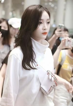 火箭少女101吴宣仪白色look机场街拍图片