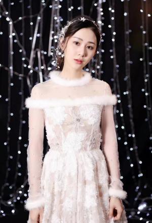 美女演员刘颖伦白色薄纱长裙美如画中仙子