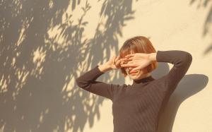 女孩手遮挡阳光唯美意境图片桌面壁纸