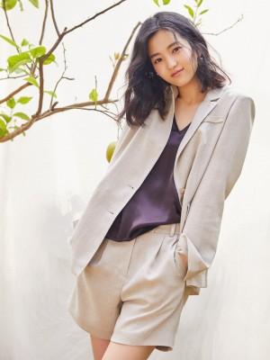 韩国女演员金泰梨西服套装优雅知性职业范写真