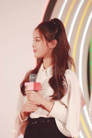 火箭少女杨超越OL风性感短裙图片