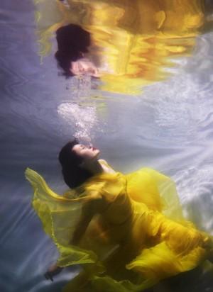 何穗水中纱裙性感仙气图片壁纸
