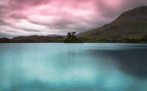 平静湖水倒映出美丽的色彩