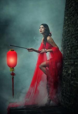 提红灯笼的古装美女图片