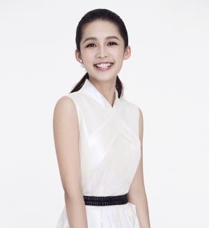 李沁纯白色魅力来袭显白嫩笑颜