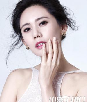 成熟美女秋瓷炫登杂志封面
