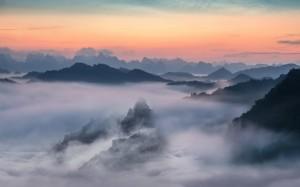 唯美的云雾飘渺的山脉