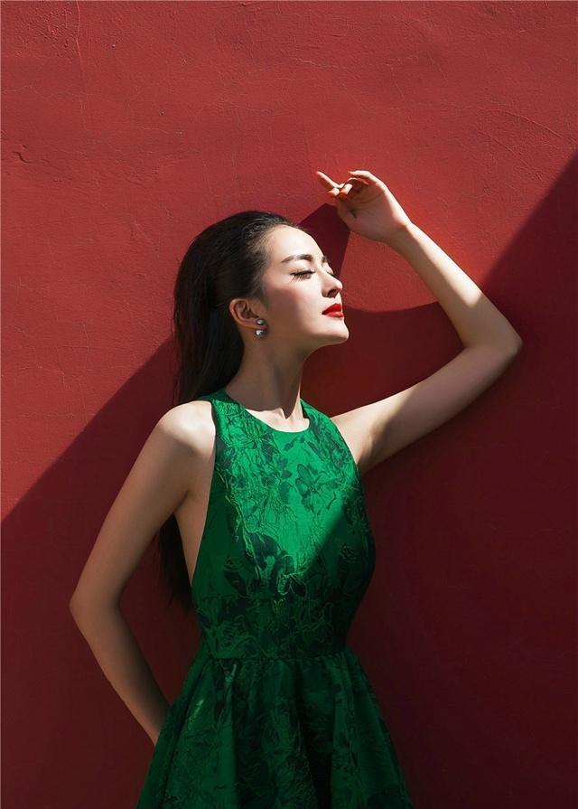 红墙之下种丹妮绿裙时尚性感写真大片
