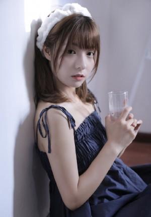 白皙美女模特吊带裙诱人性感写真
