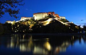 夜晚的布达拉宫风景摄影图片壁纸