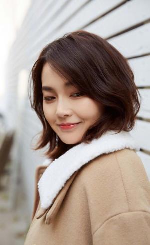 张佳宁甜美养眼时尚街拍图片