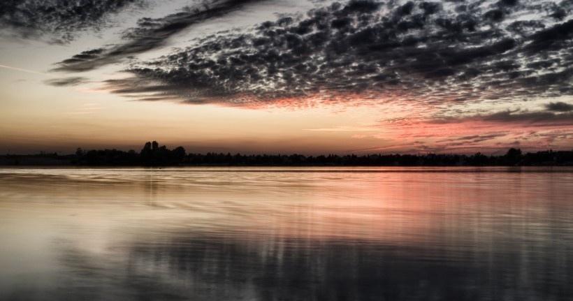 湖面火烧云风景图片