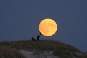 创意月亮摆拍图片
