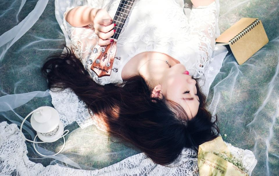 清纯白裙性感美眉吉他弹唱
