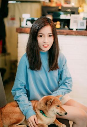 爱狗狗的清纯美女悠闲自在假日生活照