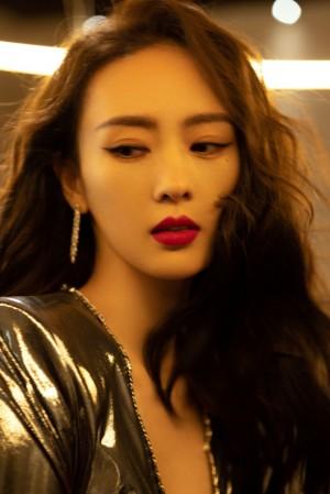 童瑶卷发红唇妩媚性感写真图片
