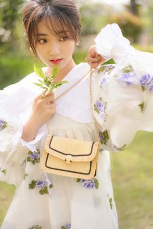 邢菲花朵刺绣连衣裙明媚俏丽户外写真图片