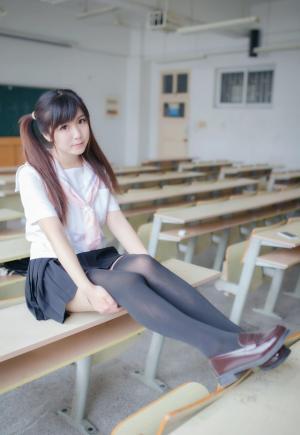 教室戴耳机听歌的音乐少女写真