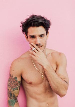 抽烟的男人露腹肌性感有男人味