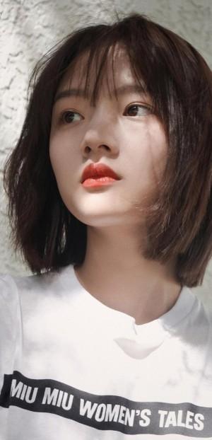 短发少女任敏红唇白皙迷人写真