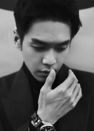 张若昀西装型男黑白氛围写真图片