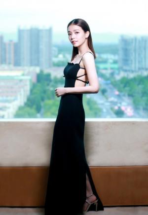 宋芸桦露背吊带性感迷人写真图片
