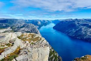 蓝色的河流风景