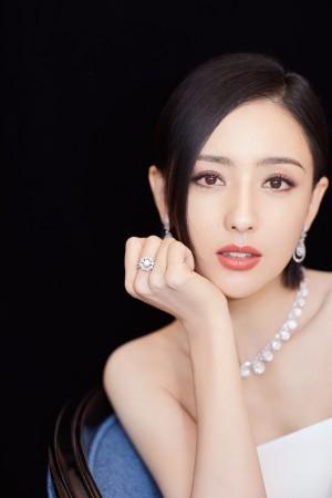 佟丽娅抹胸裙优雅写真图片