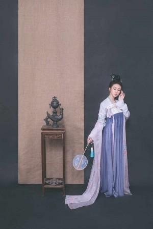 绝色古装美女性感美艳手拿刺绣真丝团扇写真