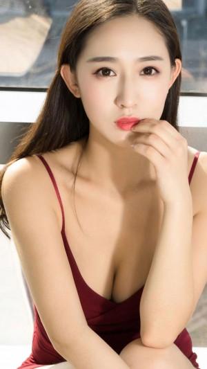 低胸吊带裙美女诱惑写真