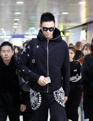 游泳冠军孙杨现身北京机场