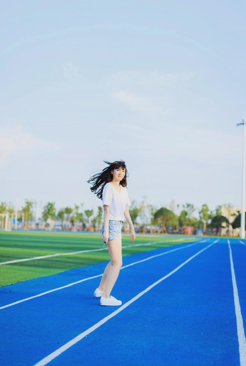 清新白皙可爱少女操场活力四射写真