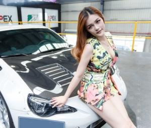 姿势撩人美女车模低胸连体衣深邃事业线写真图片