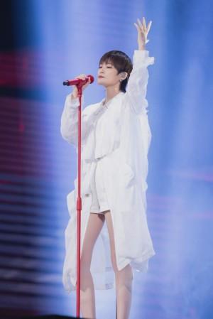 李宇春白色解构外套清爽别致舞台照图片