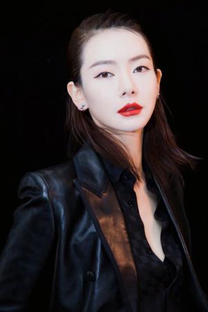 戚薇烈焰红唇美艳性感写真图片