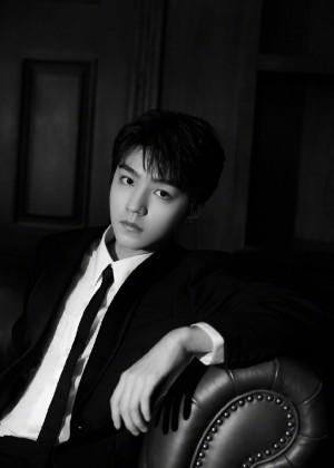 王俊凯黑色西装魅力绅士风度写真图片